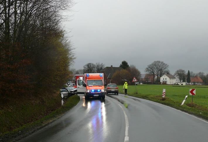 Der Toyota des Ehepaares blieb rückwärts im Straßengraben stehen. Rettungskräfte kümmerten sich um die Insassen.