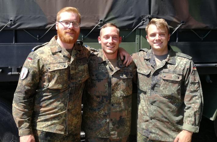 Oberleutnant Matthias Paliot, Hauptfeldwebel Eric Sorgius und Hauptgefreiter Dennis Vujinic freuen sich ber die Erteilung ...