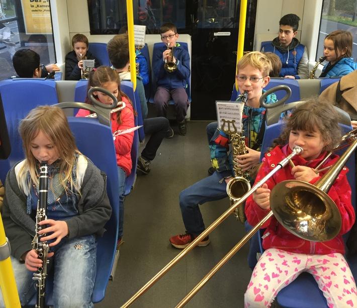 Sankt-Martins-Lieder in der Stadtbahn-Linie 3