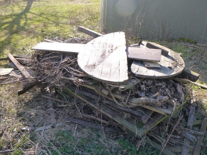 POL-ROW: ++ Bauholz in der Feldmark entsorgt - Polizei sucht Zeugen ++