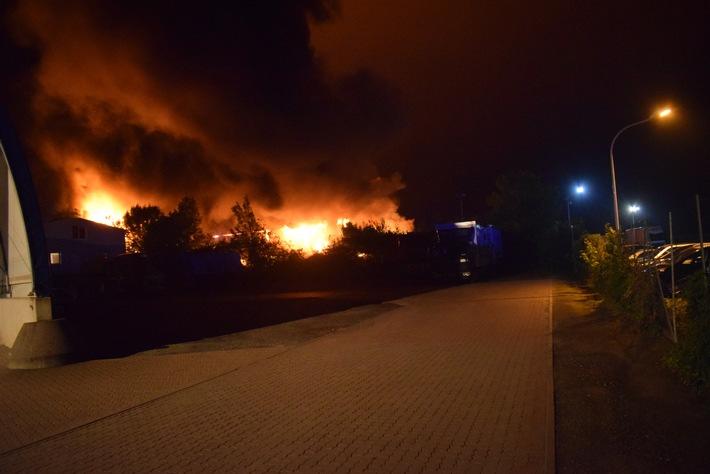 Die Aufnahme zeigt den Feuerschein über dem Nienstädter Industriegebiet bei der Anfahrt der Polizeikräfte zum Brandobjekt.