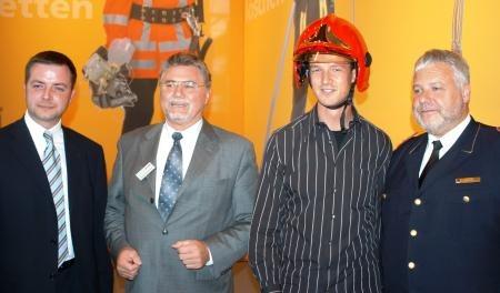 """Gemeinsam aktiv für """"Hilfe für Helfer"""" (v.l.) Michael Dietz (DaimlerChrysler), Rudolf Bruckmeier (MSA Auer), Fredi Bobic und DFV-Präsident Hans-Peter Kröger"""