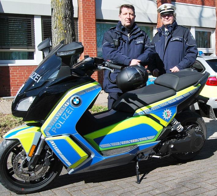 Das Foto zeigt den Bezirksdienstbeamten aus Norf, Dieter Zeleken, (links im Bild) und den Leiter des Bezirksdienstes in Neuss, Thomas Doege (rechts im Bild).