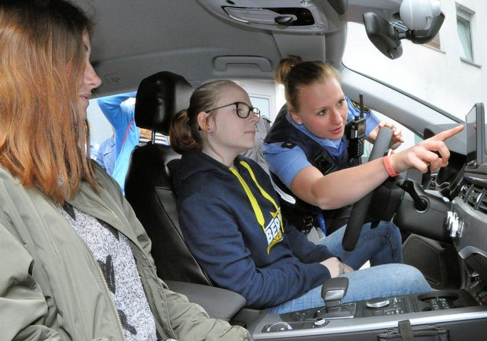 Wie sieht ein Streifenwagen von innen aus und wofür sind die ganzen Knöpfe? - Polizeikommissarin Sabrina Denzer beantwortete den Mädels alle Fragen.