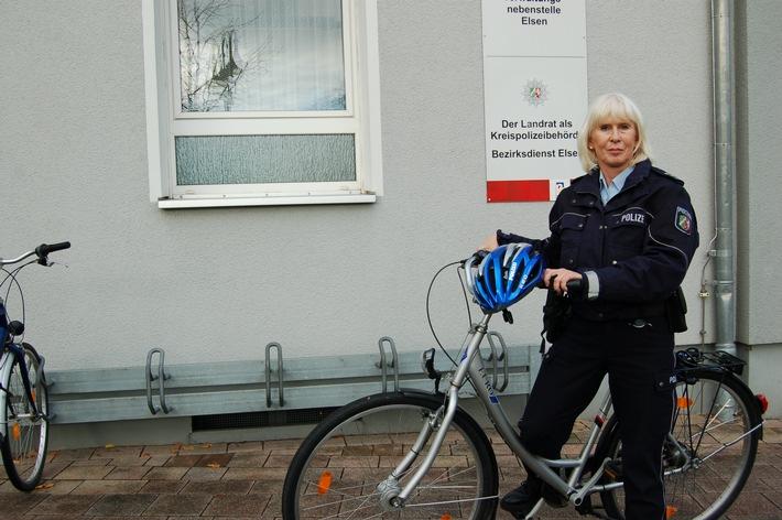 Silvia Schallenkamp, vor ihrer Dienststelle, die im Gebäude der Verwaltungsnebenstelle an der Von-Ketteler-Straße 63 im Zentrum von Elsen untergebracht ist. Die neue Bezirksbeamtin sucht den unmittelbaren Kontakt zu den Menschen in ihrem Bezirk. Daher wird sie auch oft mit dem Fahrrad unterwegs sein.