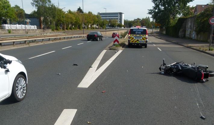 Die Yamaha des 52-jährigen Mindeners blieb auf dem Zubringer zur Marienstraße liegen. Foto: Polizei Minden-Lübbecke