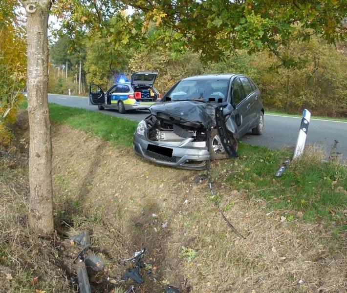 De Autofahrer kollidierte aus unbekannte Gründen mit dem Straßenbaum. Foto: Polizei Minden-Lübbecke