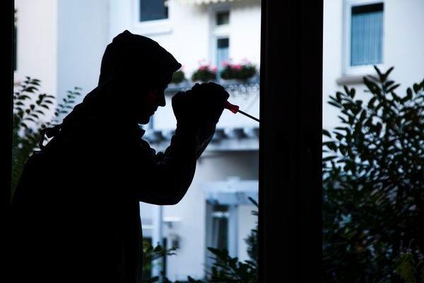 POL-REK: Unbekannte warfen Schaufensterscheibe ein - Kerpen