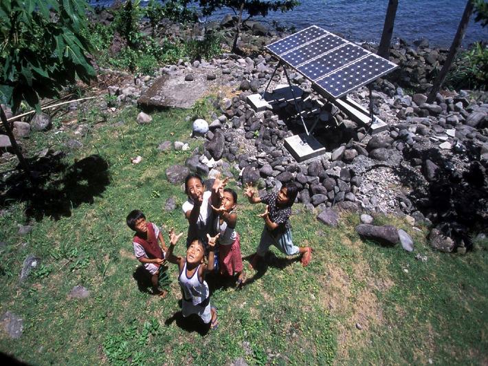"""Wenn internationale Unternehmen in Entwicklungsländern langfristig am Markt erfolgreich sein wollen, müssen sie sich dort auch sozial engagieren. BP hat 2005 weltweit rund 120 Millionen Dollar in soziale Projekte und Spenden investiert. Auf einer BP Veranstaltung in Berlin diskutierten am 26. Januar 2006 Politiker, Manager, Greenpeace und andere Nichtregierungsorganisationen über """"Verantwortung von transnationalen Unternehmen"""". Mehr unter www.deutschebp.de. Das Foto zeigt auf den Philippinen installierte Solarpanels von BP Solar, die fehlende Stromleitungen ersetzen. Foto: BP. Die Verwendung dieses Bildes ist für redaktionelle Zwecke honorarfrei. Abdruck bitte unter Quellenangabe: """"obs/Deutsche BP Aktiengesellschaft"""""""