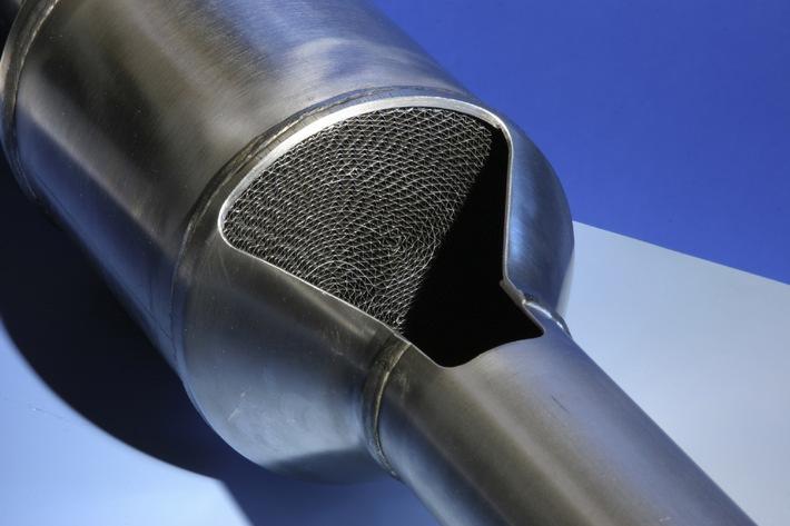 """Unter dem Namen """"Motorcraft"""" bringt Ford, beginnend ab Januar 2006, Dieselpartikelfilter-Nachruestloesungen fuer fast alle seine Dieselmodelle auf den Markt. Es handelt sich dabei (siehe Schnittbild) um wartungsfreie Systeme, die kein Additiv benoetigen und auch ohne Einriffe in die Motorsteuerung auskommen. Die Verwendung dieses Bildes ist für redaktionelle Zwecke honorarfrei. Abdruck bitte unter Quellenangabe: """"obs/Ford Werke GmbH"""""""