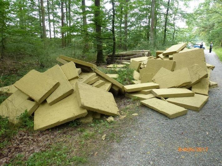 Illegal entsorgte Metallfaserplatten - Bild zur einmaligen Verwendung