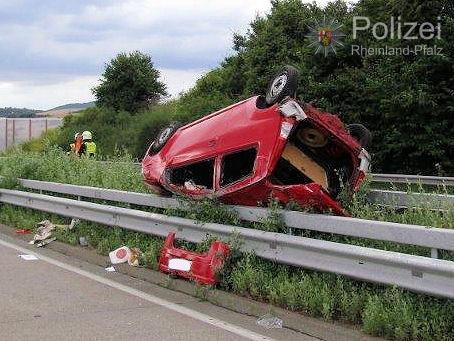 POL-PPWP: Reifen an Lkw geplatzt - Pkw landet auf Schutzplanke
