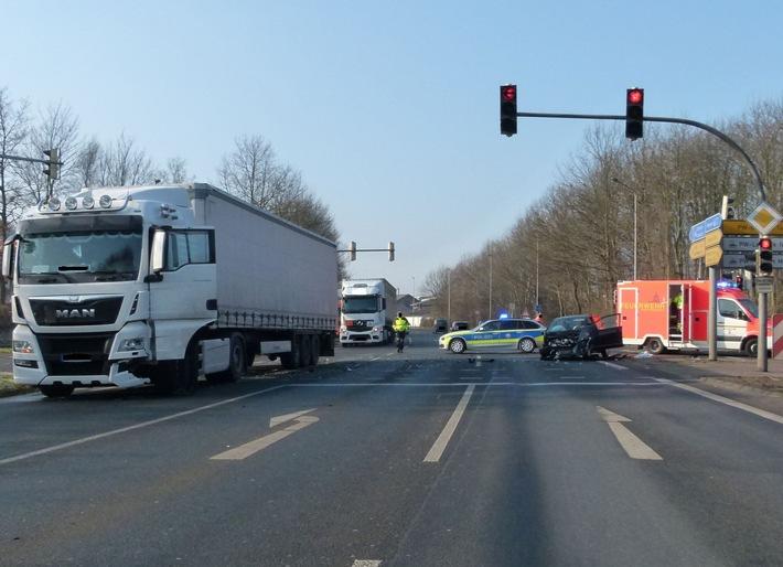 Im Kreuzungsbereich kollidierte das Auto mit einem Lkw
