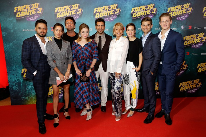 MUNICH, GERMANY - OCTOBER 22: Aram Arami, Gizem Emre, Bora Dagtekin, Jella Haase, Elyas M'Barek, Uschi Glas, Lena Schoemann, Lucas Reiber and Max von der Groeben attend the 'Fack ju Goehte 3' premiere at Mathaeser Filmpalast on October 22, 2017 in Munich, Germany.  (Photo by Andreas Rentz/Getty Images for Constantin Film)