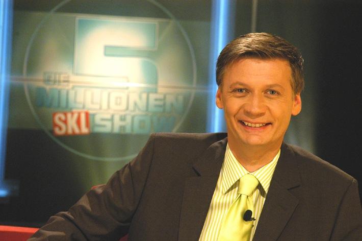 """Günther Jauch, Moderator der 5-Millionen-SKL-Show. Die Verwendung dieses Bildes ist für redaktionelle Zwecke honorarfrei. Abdruck bitte unter Quellenangabe: """"obs/Süddeutsche Klassenlotterie"""""""