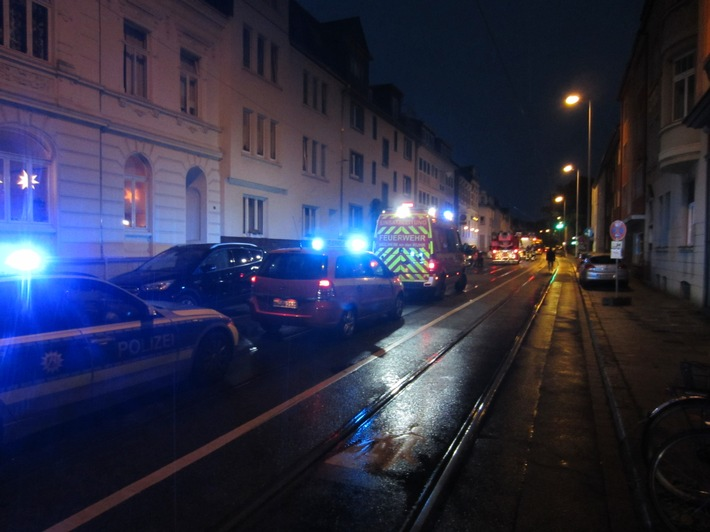 Einsatzfahrzeuge in der Kampstraße.