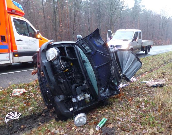 Der Kleinwagen der 26-Jährigen blieb schwer beschädigt im Straßengraben liegen. Foto: Polizei Minden-Lübbecke