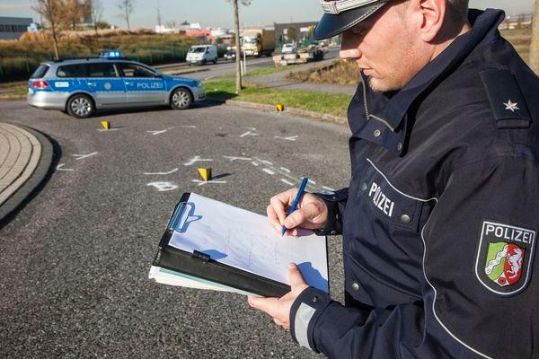 Symbolbild Polizeibeamter bei Unfallaufnahme