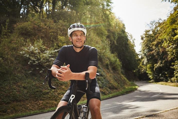 """Ausgezeichneter Onlinekönner: Rose Bikes startete im Sommer 2020 ein Kooperationsmodell, dass es so noch nie gegeben hat. Top-Athleten wie u.a. Manuel Neuer (im Bild) versammeln sich unter der Initiative """"SelectedBy"""", um gemeinsam mit Rose Bikes Menschen aufs Rad zu bringen - und das über alle Kanäle. / Weiterer Text über ots und www.presseportal.de/nr/102534 / Die Verwendung dieses Bildes ist für redaktionelle Zwecke honorarfrei. Veröffentlichung bitte unter Quellenangabe: """"obs/ROSE Bikes GmbH/CARLOS FERNANDEZ LASER"""""""