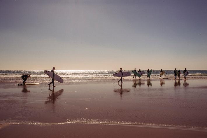 """Surfen und Yoga an den Küsten Marokkos mit Fit Reisen. Weiterer Text über ots und www.presseportal.de/nr/106347 / Die Verwendung dieses Bildes ist für redaktionelle Zwecke honorarfrei. Veröffentlichung bitte unter Quellenangabe: """"obs/FIT Gesellschaft für gesundes Reisen mbH/fitreisen.de"""""""