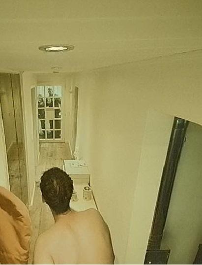 Im Krankenhaus und zuhause duscht ein Fremder? / Smartes Alarmsystem entlarvt dreisten Hausbesetzer (FOTO)