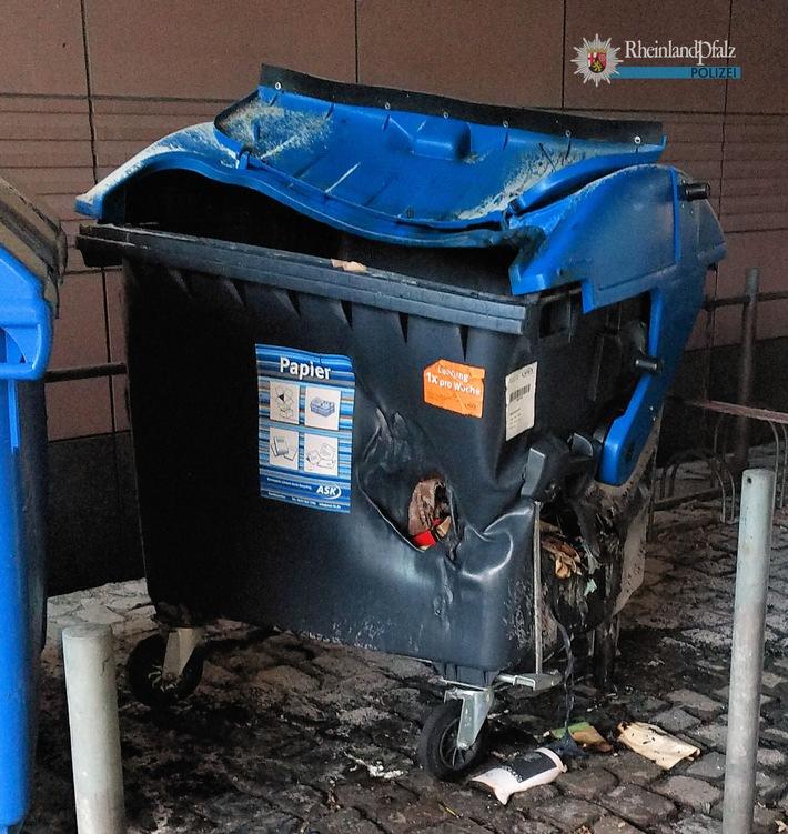 Dieser Papiermüllcontainer wurde von Unbekannten vermutlich angezündet. Durch den Brand wurde der Container so stark beschädigt, dass er nun ausgetauscht werden muss.