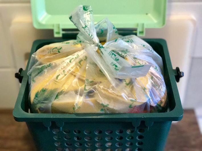 """Compostable bio-waste bag certified according to EN 13432 (copyright: European Bioplastics, 2018). Weiterer Text über ots und www.presseportal.de/nr/68147 / Die Verwendung dieses Bildes ist für redaktionelle Zwecke honorarfrei. Veröffentlichung bitte unter Quellenangabe: """"obs/European Bioplastics"""""""