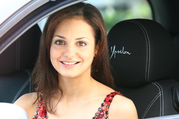 "Sarah Meier & Lancia Ypsilon Sport MomoDesign1 / Eiskunstläuferin Sarah Meier ist mit Lancia unterwegs / Automobil, Wirtschaft, Sponsoring, Sport, People / Weiterer Text über ots. Die Verwendung dieses Bildes ist für redaktionelle Zwecke honorarfrei. Abdruck unter Quellenangabe: ""obs/Fiat Auto Suisse SA"" / Sarah Meier a choisi Lancia / Automobil, Economie, People, Sport / Texte complémentaire par ots sous https://www.presseportal.ch/fr/. L''utilisation de cette image est pour des buts redactionnels gratuite. Reproduction sous indication de source: ""obs/Fiat Auto Suisse SA"""