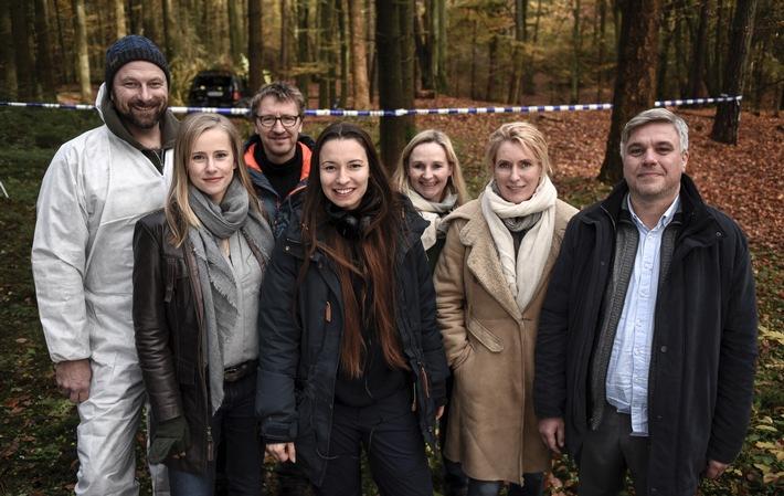 """NORDDEUTSCHER RUNDFUNK Drehstart für NDR """"Tatort: Der Fall Holdt"""" Drehstart für den NDR-""""Tatort: Der Fall Holdt"""" v.l.n.r.: Alexander Grünberg (Hanno), Susanne Bormann (Frauke), Bernhard Keller (Kamera), Anne Zohra Berrached (Regie), Kerstin Ramcke (Produzentin, Nordfilm), Maria Furtwängler (Charlotte Lindholm), Aljoscha Stadelmann (Frank Holdt) © NDR/NordFilm GmbH/Marion von der Mehden, honorarfrei - Verwendung gemäß der AGB im engen inhaltlichen, redaktionellen Zusammenhang mit genannter NDR-Sendung und bei Nennung """"Bild: NDR/NordFilm GmbH/Marion von der Mehden"""" (S2). NDR Presse und Information/Fotoredaktion, Tel: 040/4156-2306 oder -2305, pressefoto@ndr.de Weiterer Text über ots und www.presseportal.de/nr/69086 / Die Verwendung dieses Bildes ist für redaktionelle Zwecke honorarfrei. Veröffentlichung bitte unter Quellenangabe: """"obs/NDR / Das Erste/Marion von der Mehden"""""""
