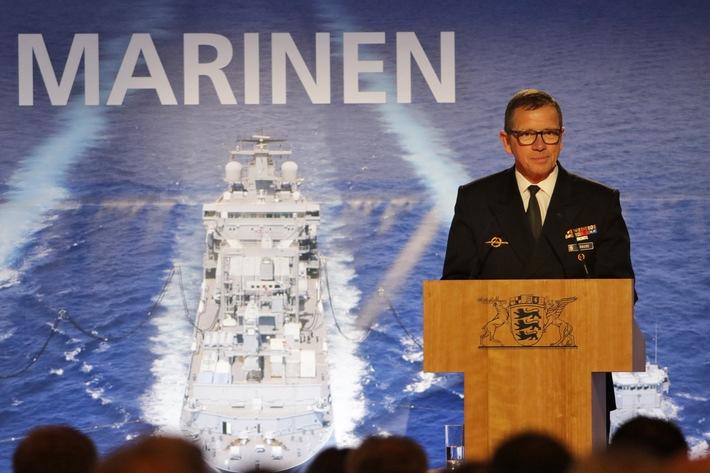 """Der Inspekteur der Marine, Vizeadmiral Andreas Krause (61), am Rednerpult auf dem """"Parlamentarischen Abend der Deutschen Marine"""" am 14.06.2018 in Berlin."""