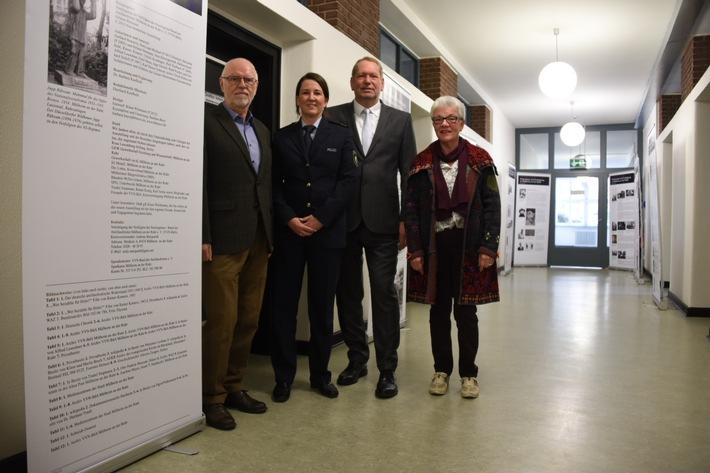 Von links nach rechts im Bild zu sehen: Karl-Heinz Zonbergs (VVN-BdA ), Polizeioberrätin Claudia Kretschmann-Schepanski, Leiterin der Polizeiinspektion Mülheim an der Ruhr, Polizeipräsident Frank Richter und Inge Ketzer, stellvertretende Vorsitzende VVN-BdA, Kreisvereinigung Mülheim an der Ruhr e.V.