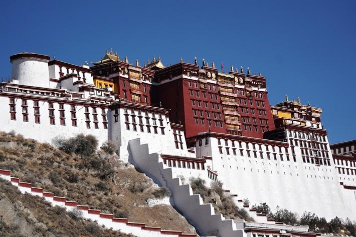 Ein ökologisches, offenes, vermittelndes und bewahrendes Tibet heißt Sie willkommen / Potala Palast (Xinhua/Zhan Yan) / Weiterer Text über ots und www.presseportal.de/nr/153713 / Die Verwendung dieses Bildes ist für redaktionelle Zwecke unter Beachtung ggf. genannter Nutzungsbedingungen honorarfrei. Veröffentlichung bitte mit Bildrechte-Hinweis.