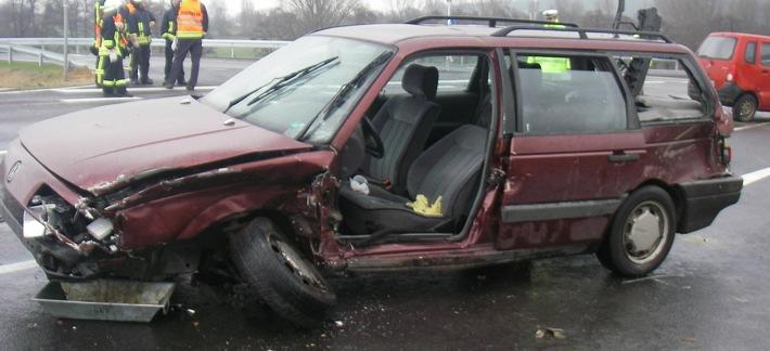 POL-DN: Vier Personen bei Verkehrsunfall verletzt