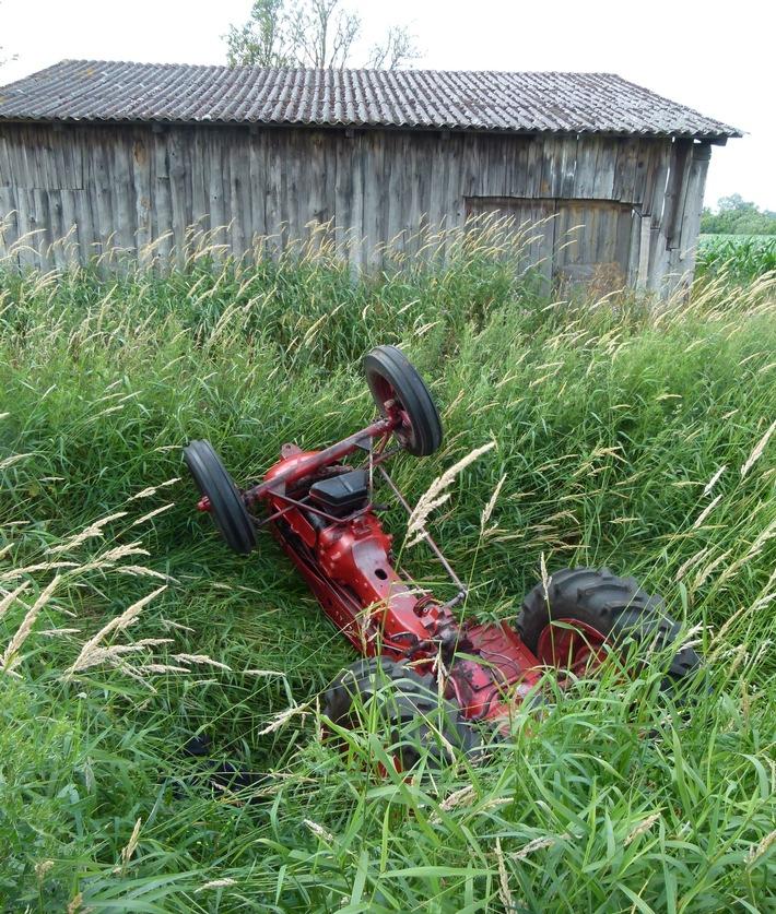 Der Traktor der Marke Hanomag blieb kopfüber im Graben liegen. Foto: Polizei Minden-Lübbecke