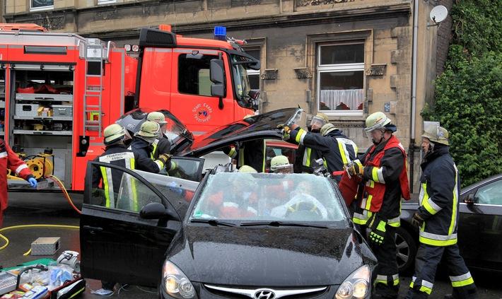 FW-E: Verkehrsunfall mit zwei PKW, eine Person eingeklemmt, eine weitere ebenfalls verletzt