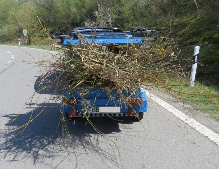Im Rahmen einer Kontrolle haben Polizeibeamte des Reviers Tauberbischofsheim die Ladungssicherheit bei Grünabfalltransporten überprüft.