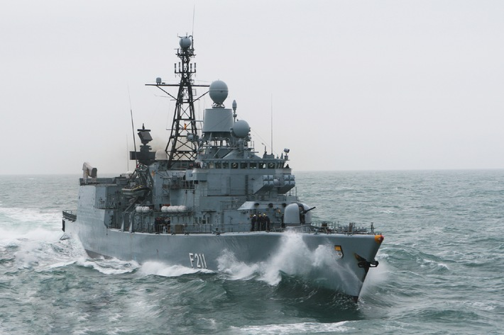 """Archivbild: Die Fregatte """"Köln"""" nimmt wieder Fahrt auf Richtung Horn von Afrika. Quelle: PIZ Marine."""