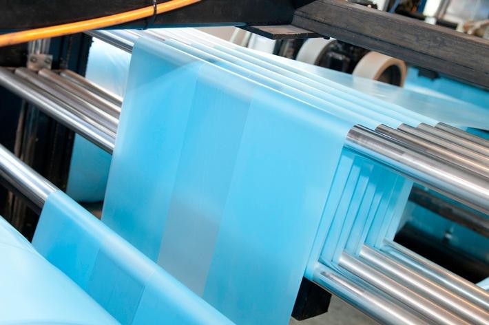 Über 20 Tonnen Kunststoff pro Tag verarbeitet die mk Plast GmbH & Co. KG täglich zu Kunststofffolien. Foto: Firma some.oner; Yashar Khosravani