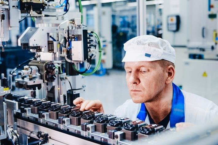"""Marquardt liefert an zahlreiche namhafte Autohersteller unter anderem elektronische Funkschlüssel. Weiterer Text über ots und www.presseportal.de/nr/122185 / Die Verwendung dieses Bildes ist für redaktionelle Zwecke honorarfrei. Veröffentlichung bitte unter Quellenangabe: """"obs/Marquardt Service GmbH"""""""