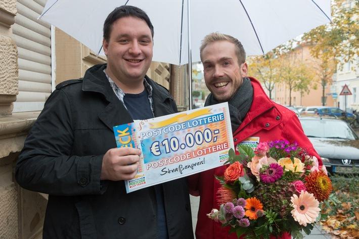 Student Mischa (links) aus Karlsruhe hat überraschenden Besuch von Postcode-Moderator Felix Uhlig erhalten. Foto: Postcode Lotterie/Wolfgang Wedel