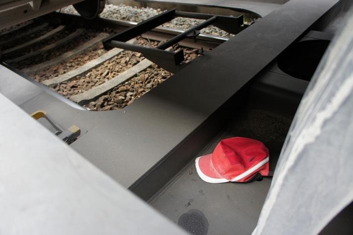 Archivmaterial: Die Rosenheimer Bundespolizei hat auf einem Güterzug 22 Migranten gefunden, die sich unter einem Lkw-Auflieger versteckt hatten. (Fotos: Bundespolizei)