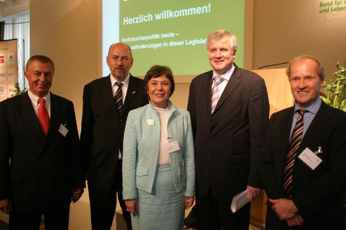 """Hochkarätige Gäste auf BLL-Jahrestagung 2006 / Dr. Theo Spettmann (BLL), Franz-Josef Möllenberg (Gewerkschaft Nahrung – Genuss – Gaststätten), Prof. Dr. Edda Müller (vzbv), Bundesminister Seehofer (BMELV) und Jürgen Abraham (BVE) (v.l.n.r.).Die Verwendung dieses Bildes ist für redaktionelle Zwecke honorarfrei. Abdruck bitte unter Quellenangabe: """"obs/BLL e. V."""""""
