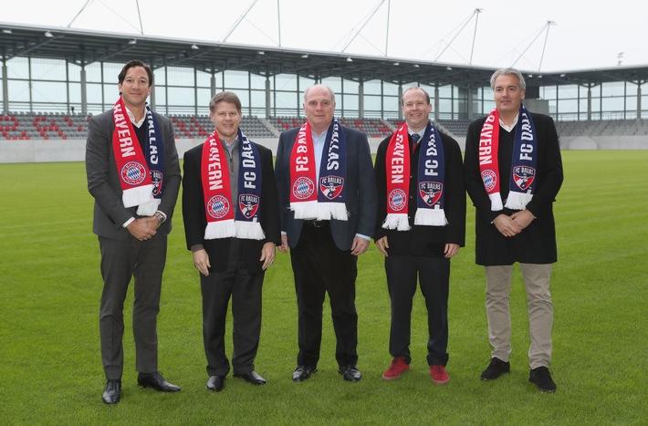 """FC Bayern Muenchen president Uli Hoeness (C), managing director of FC Bayern Munich LLC Rudolf Vidal (L), FC Bayern Muenchen merchandising manager Joerg Wacker (R) and owners of MSL club FC Dallas Clark Hunt (2ndL) and Dan Hunt (2ndR) pose during a visit at FCB Campus on February 10, 2018 in Munich, Germany. (Photo by Alexandra Beier/Bongarts/Getty Images) *** Local Caption *** Uli Hoeness; Joerg Wacker; Rudolf Vidal; Dan Hunt; Clark Hunt. Weiterer Text über ots und www.presseportal.de/nr/53015 / Die Verwendung dieses Bildes ist für redaktionelle Zwecke honorarfrei. Veröffentlichung bitte unter Quellenangabe: """"obs/FC Bayern München/Alexandra Beier/Bongarts"""""""