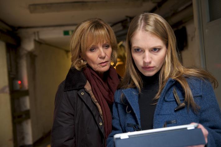 """Ellen Lucas (Ulrike Kriener,li.) Alex Eggert (Anna Brüggemann,re.) Die Verwendung dieses Bildes ist für redaktionelle Zwecke honorarfrei. Veröffentlichung bitte unter Quellenangabe: """"obs/ZDFneo"""""""