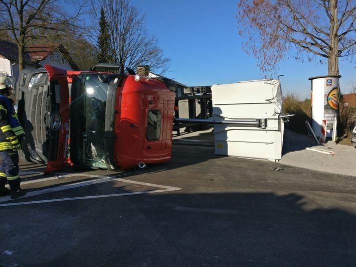Ein tonnenschwerer Lkw ist am Mittwoch auf dem Parkplatz des Freizeitbads umgekippt.