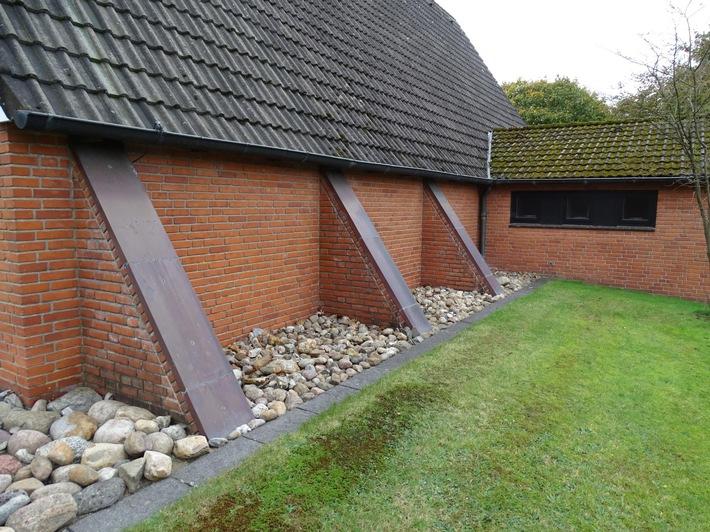 Seitenansicht der Kapelle. Insgesamt wurden 24 der abgebildeten Kupferplatten entwendet. Quellenangabe: Polizeidirektion FLensburg