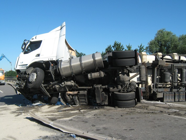 POL-PDNW: LKW Unfall A 650 - Vollsperrung in beide Fahrtrichtungen