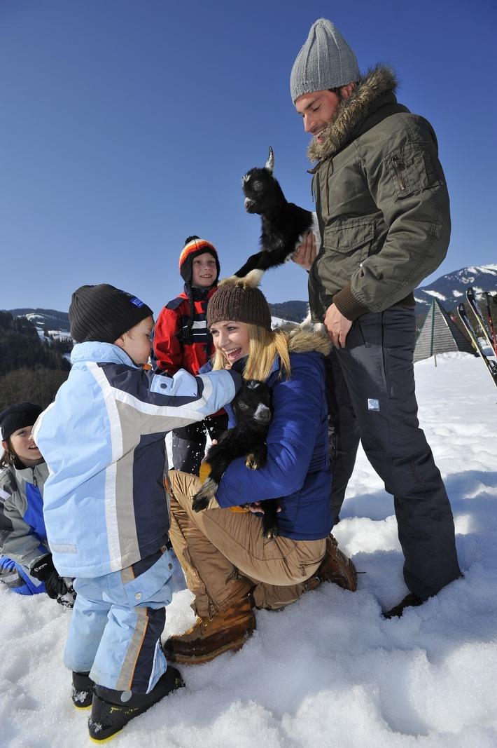 Spaß im Schnee für Klein und Groß bei Urlaub am Bauernhof Tirol (Credit: Mario Webhofer)