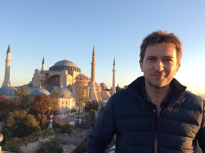 """Michael Scott vor der Hagia Sophia in Istanbul. Weiterer Text über ots und www.presseportal.de/nr/105413 / Die Verwendung dieses Bildes ist für redaktionelle Zwecke honorarfrei. Veröffentlichung bitte unter Quellenangabe: """"obs/ZDFinfo/Renny Bartlett"""""""