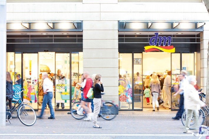 """Investition in Filialen: dm-drogerie markt konnte den Umsatz in Deutschland im Geschäftsjahr 2011/2012 um 14 Prozent auf 5,112 Milliarden Euro steigern. Gleichzeitig investierte dm im abgelaufenen Geschäftsjahr mehr als 100 Millionen Euro in den Ausbau und die Regeneration seines Filialnetzes. Auch der Kundenzuspruch wächst: Rund 1,6 Millionen Kunden kaufen täglich bei dm ein. Die Verwendung dieses Bildes ist für redaktionelle Zwecke honorarfrei. Veröffentlichung bitte unter Quellenangabe: """"obs/dm-drogerie markt"""" / Die Verwendung dieses Bildes ist für redaktionelle Zwecke honorarfrei. Veröffentlichung bitte unter Quellenangabe: """"obs/dm-drogerie markt"""""""